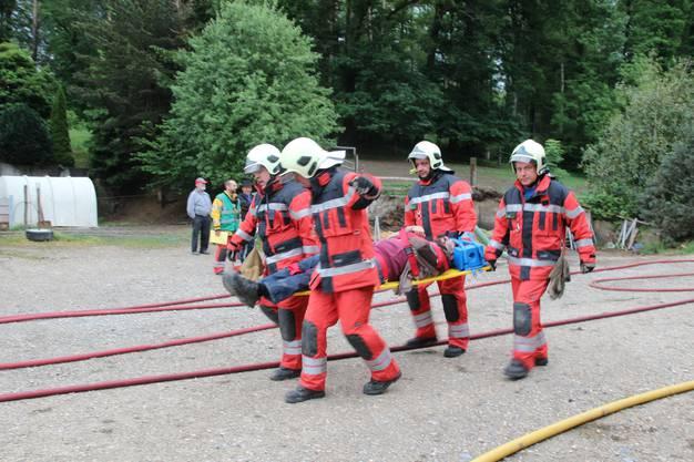 """Ein """"Verletzter"""" wird weggetragen. Beim Schauspieler handelt sich um einen Arbeitskollegen eines Feuerwehroffiziers."""