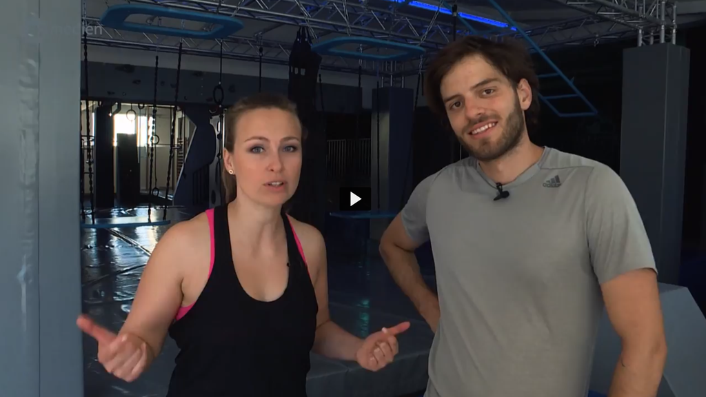 Die Ninja-Warrior-Moderatoren testen schon mal den Parcours – mit mässigem Erfolg
