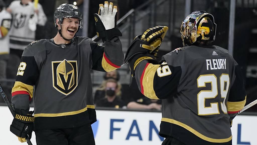 Goalie Marc-André Fleury (rechts) von den Vegas Goldenn Knights jubelt mit seinem Teamkollegen Nick Holden nach dessen Tor