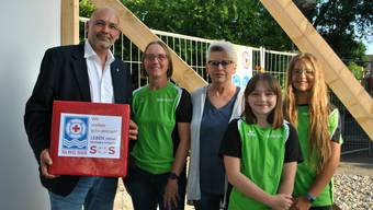 Gemeindeammann Rainer Schaub nimmt vor der Gmeind die Petition zum Hallenbad-Betriebskonzept entgegen.