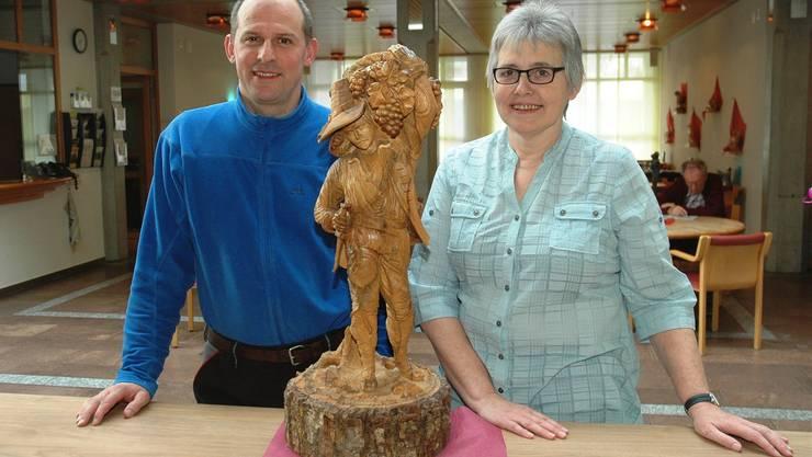 Thomas Lüscher und Emmi Wernli freuen sich auf die Ausstellung der Holz- und Bronzeskulpturen. mhu