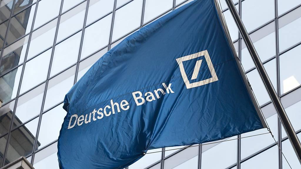 Flagge der Deutschen Bank vor deren Büros an der New Yorker Wall Street. (Archivbild)