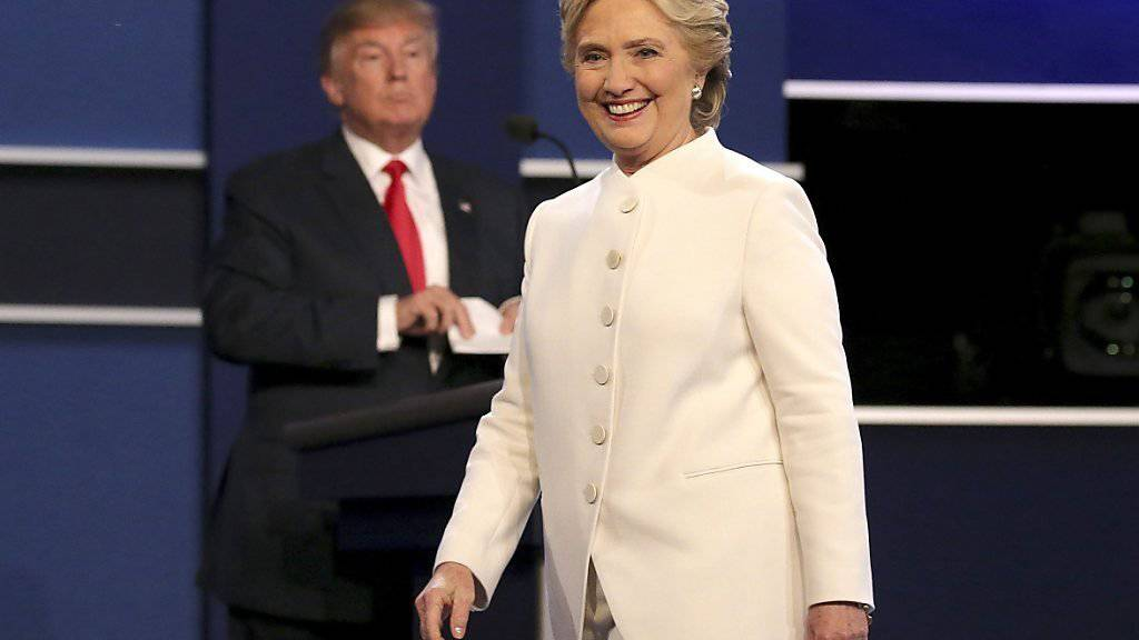 Gemessen an Stimmen ist sie Wahlsiegerin: Hillary Clinton. Allein deswegen wird sie aber noch lange nicht Präsidentin. Grund ist das US-Wahlsystem. (Aufnahme von der Fernsehdebatte am 19. Oktober 2016)