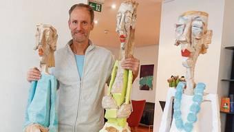 Thomas Ruepp zeigt in der Ausstellung im Hotel Eden lebensgrosse Frauenfiguren aus Holz.