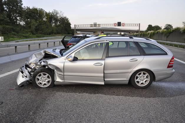Das hintere Auto drehte es durch die Wucht des Aufpralls um 90 Grad.