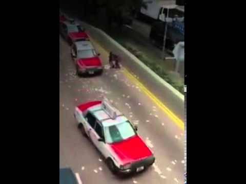 Mitten in Honkong: Geldtransporter verliert Millionen auf der Strasse