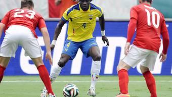 Ecuadors Juan Carlos Paredes gegen Luke Shaw (l.) und Wayne Rooney