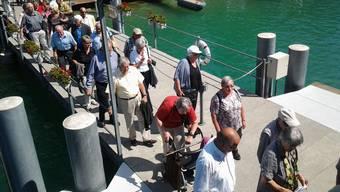 Beim Einsteigen in ein Schiff war der 83-Jährige auf dem Steg gestolpert und in den See gestürzt (Symbolbild)
