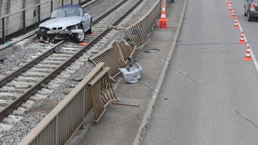 Auto landet in Stansstad auf Bahngeleise