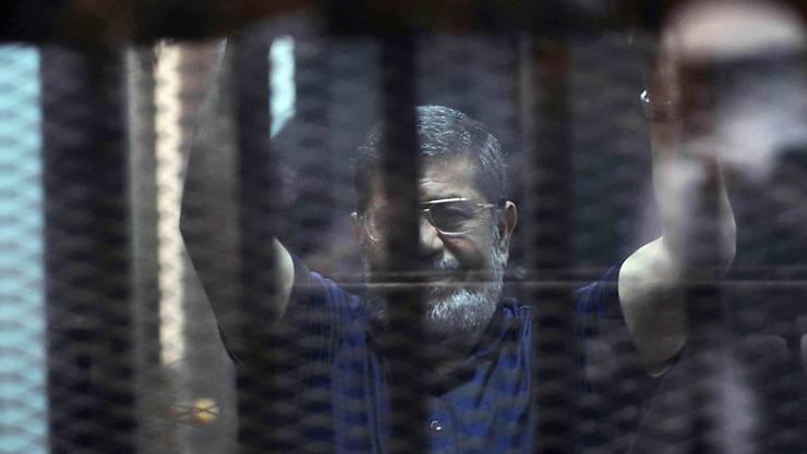 Ägyptens Ex-Präsident Mursi hinter Gittern im Gerichtssaal (Archiv)