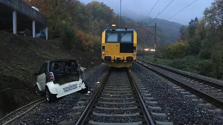 Dieser Kleinwagen rollte bei Baden AG auf das Bahngleis und kollidierte mit einem Güterzug.
