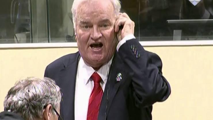 Uneinsichtig: Der bosnisch-serbische Kriegsverbrecher Ratko Mladic unterbricht den Richter in Den Haag während der Urteilsverkündung in Den Haag. Aus seiner Sicht ist der Vorwurf des Völkermordes in Srebrenica Lüge.