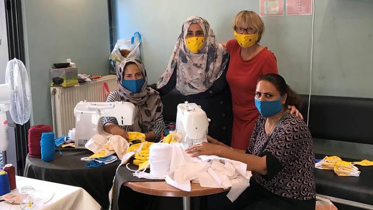 Marianne Hollinger (im roten Kleid) bei der Arbeit im Frauenhaus auf der griechischen Insel Samos. Mit Flüchtlingen nähte sie dort Masken.