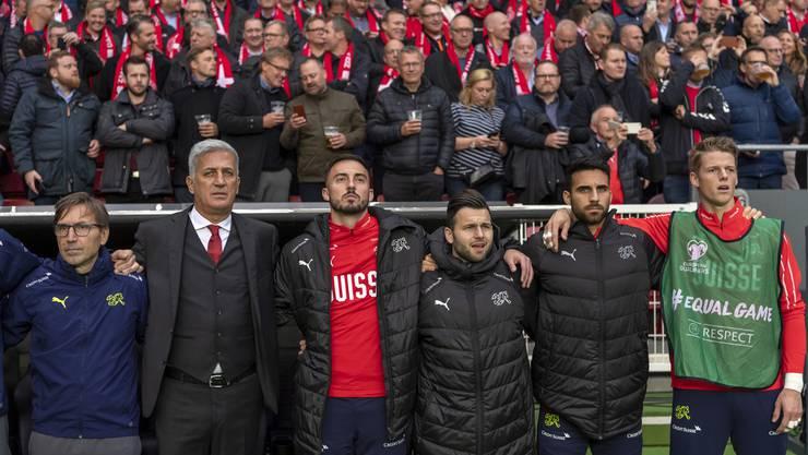 Eray Cömert und Jonas Omlin stehen zur Schweizer Nationalhymne auf.