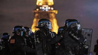 In Vollmontur vor dem Eiffelturm: In Frankreich mehren sich die Fälle von Polizeigewalt.