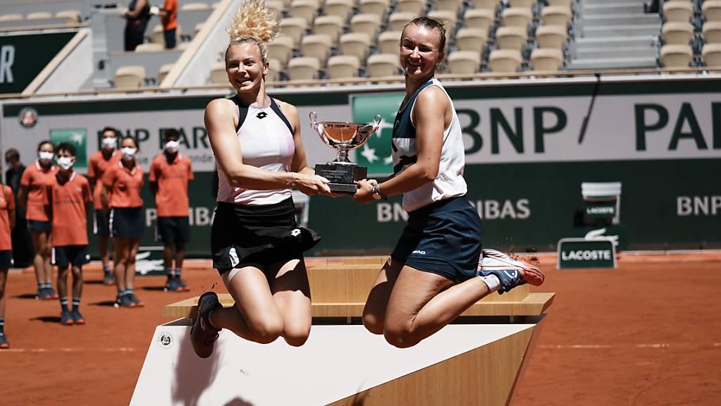 Barbora Krejcikova (rechts) und Katerina Siniakova holten sich in Paris die Trophäe im Doppel