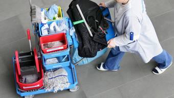 Der Kanton plant das Reinigungspersonal an drei Kantonsschulen an private Reinigungsfirmen auszulagern. (Symbolbild)