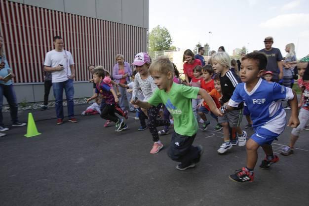 Die Rütihöfler Kinder geben alles am Sponsorenlauf für einen Spielplatz