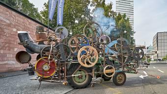Basel ist vertreten mit einer Tinguely-Maschine, einer der Höhpunkte des Umzugs.