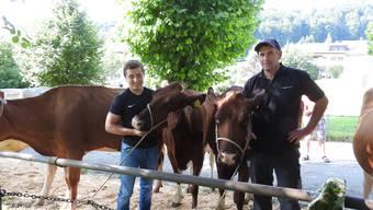Daniel Schaub (rechts) hatte vier Kühe und ein Kalb zur Auktion gebracht.
