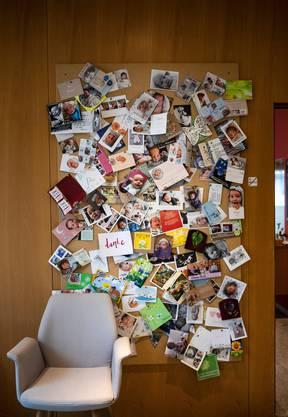 Die allermeisten Fälle enden mit einem Happy End: Die Wand mit den Dankeskarten im Geburtshaus Zürcher Oberland.