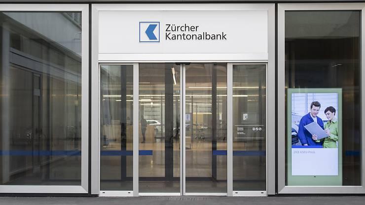 Die Zürcher Kantonalbank wird künftig weniger Bankschalter bedienen. Das Schaltergeschäft verliert bei den Kunden zunehmend an Bedeutung.(Archivbild)