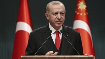 Der türkische Präsident Recep Tayyip Erdogan spricht im Anschluss an eine Kabinettssitzung zu Journalisten. Foto: -/Turkish Presidency/AP/dpa