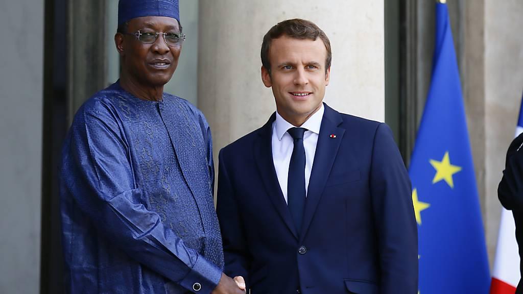 ARCHIV - Idriss Déby Itno und Emmanuel Macron. Foto: Francois Mori/AP/dpa