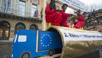 Als Urner Teufel verkleidete Aktionisten auf einer goldenen Gotthardröhre an einer Kundgebung des Komitees «Nein zur 2. Gotthardröhre».