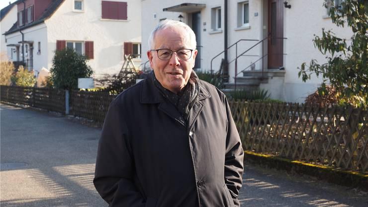 «Viel hat sich hier nicht verändert»: Fritz-René Müller vor dem Haus in der «Kraftwerkskolonie» in Rheinfelden, wo er aufgewachsen ist.