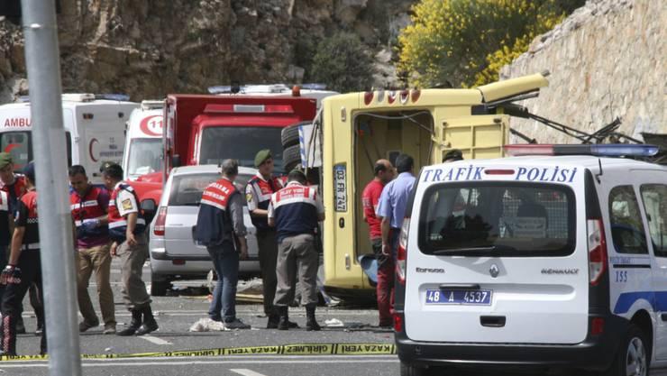Türkische Polizei und Rettungskräfte am Unfallort beim gelben Unglücksbus