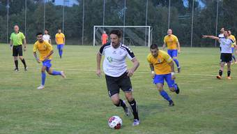 Urdorf, mit Orhan Cavgin (am Ball), war den Schlieremern (hier Giuliano Procopio rechts) bisher einen Schritt voraus.