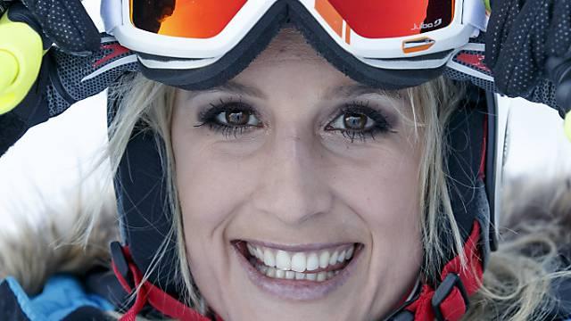Sanna Lüdi freut sich über dritten Weltcup-Sieg.