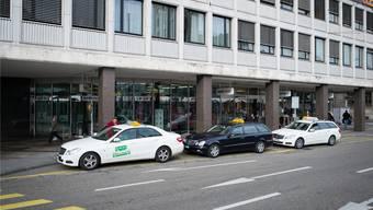 Vor dem Hauptsitz der Bank Coop am Aeschenplatz: ein lukrativer Ort mit vielen Taxikunden. Aber nur knapp vier Autos haben hier Platz.