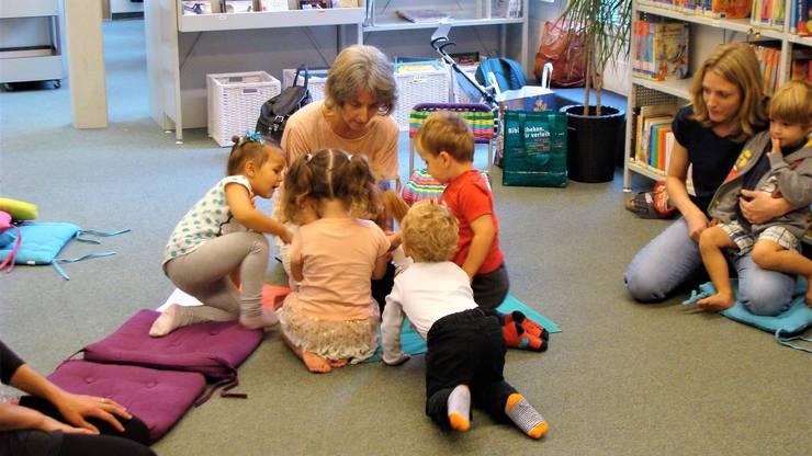 Angela Piller verzaubert die Kinder mithilfe der Puppe. Sie erzählt eine Tiergeschichte.