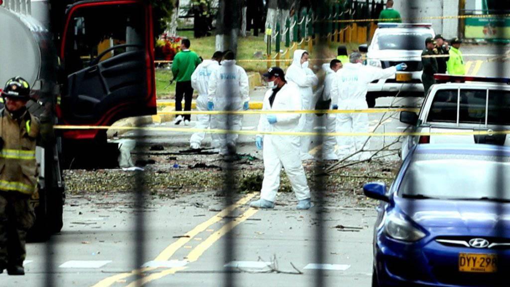 Bei dem schweren Bombenanschlag auf eine Polizeiakademie in Kolumbien sind mindestens 21 Menschen ums Leben gekommen.