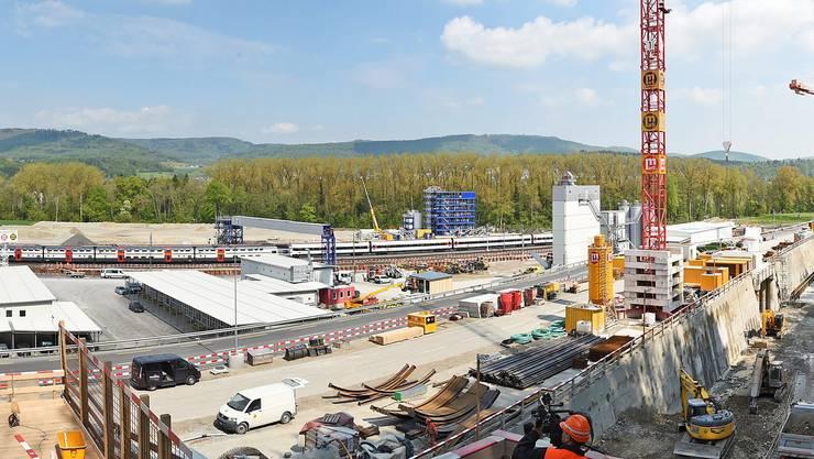 Portalbereich Ost und Installationsplatz SchönenwerdWöschnau (Gebäude von links): Büros der Unternehmer; Kantine (einstöckig); Lagerräume und Umkleidekabinen (Container); Förderband für Ausbruchmater