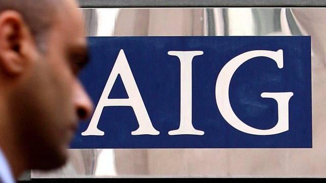 Mann vor AIG-Hauptsitz in London (Archivbild)
