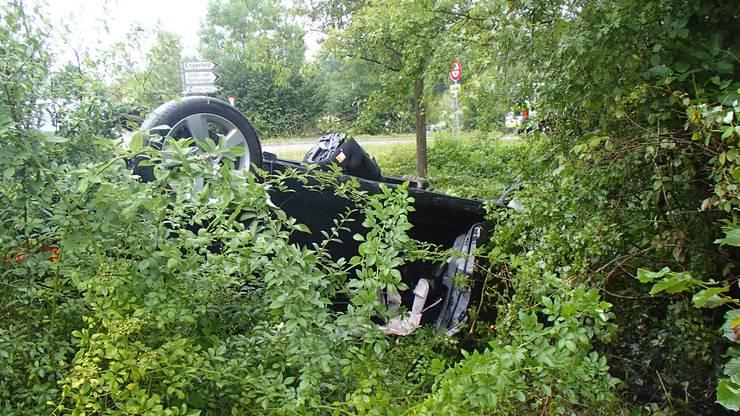 Das Auto überschlug sich und landete in der Böschung.