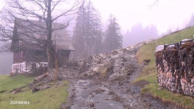Erdrutsch gefährdet Häuser in Schwyz