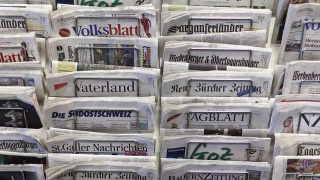 Ein Zeitungsständer mit Schweizer Zeitungen (Archiv)
