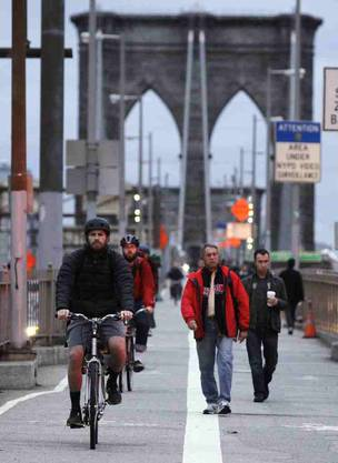 Pendler am Morgen auf der Brooklyn Bridge
