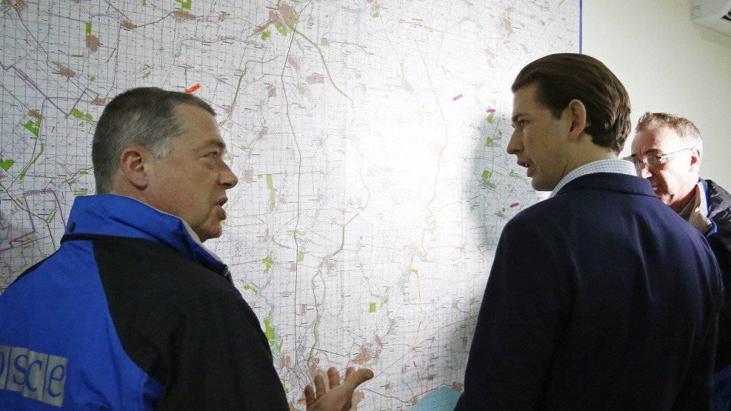 OSZE-Vorsitzender Sebastian Kurz (M) informiert sich über die Lage in der Ukraine