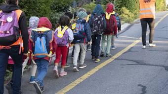 Seit 20 Jahren: Der Pedibus bringt Schulkinder sicher zur Schule und sie lernen so in Begleitung Erwachsener das sichere Verhalten im Verkehr.