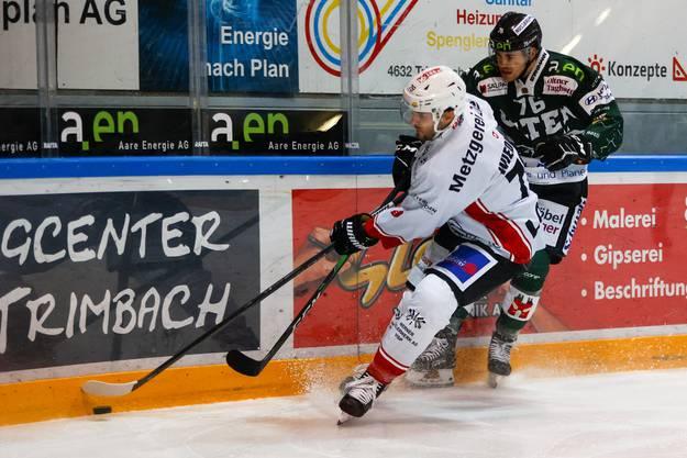Visps Sandro Wiedmer verteidigt die Scheibe gegen Cyril Oehen.