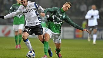 Bremens Marko Arnautovic (r.) im Zweikampf mit Inters Goran Pandev