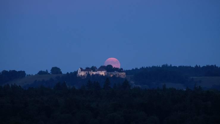 Eben geht der Vollmond hinter dem Schloss Lenzburg auf und wird demnächst verfinstert: