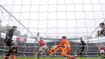 Der Moment der Entscheidung: Eldin Jakupovic pariert einen Abschluss - der Abpraller findet via Alexis Sanchez' Arm zum 1:0 ins Tor