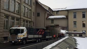 Der Lastwagen mit Kran kratzte in Unterägeri an der Passerelle - sie droht nun einzustürzen und muss abgerissen werden.