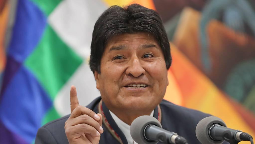 Boliviens Präsident Evo Morales kann sich freuen - er hat laut offiziellen Angaben seines Landes erneut die Präsidentschaftswahl in der ersten Runde geschafft.